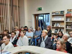 Uczestnicy spotkania z podróznikiem Mariuszem Kurcem