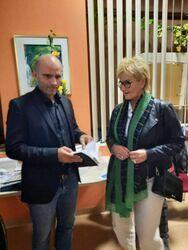 Mariusz Kurc rozmawiający z Sekretarz Misata.