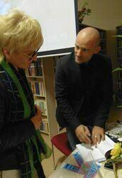Mariuszem Kurcem podpisujący swoją autorką książkę dla Sekretarz Maista