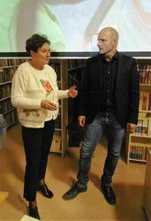 Mariusz Kurc z uczestniczką spotkania rozmawiją stojąc.