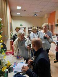 Mariuszem Kurcem podpisujący swoją autorką książkę uczestniczkom.