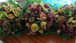 dekoracja z suszonych jesiennych liści
