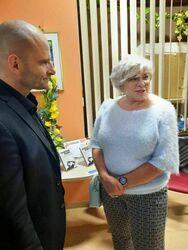 Mariusz Kurc rozmawijacy z uczestniczkami spotkania.
