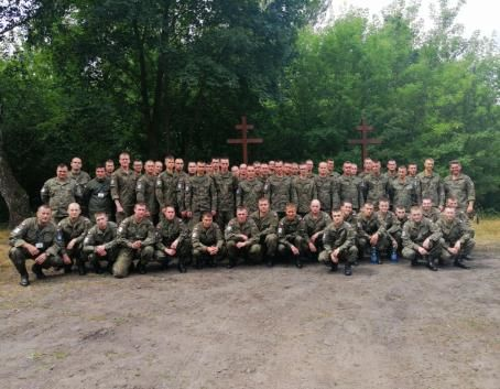 """W dniu 10 lipca br. odbyło się porządkowanie terenu cmentarza wojennego """"Balonna"""" w Dęblinie."""