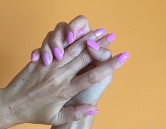 Latem chroń dłonie – takie plamy mają już młode osoby!