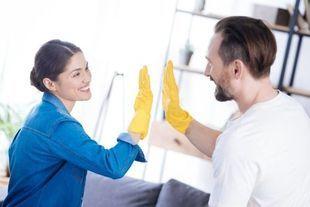 Polki poświęcają do 5 h dziennie na obowiązki domowe – jak wypadają na tym tle panowie?