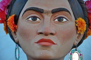 Frida Khalo - kobieta niepowtarzalna.  Obejrzyj wystawę malarki za darmo online!