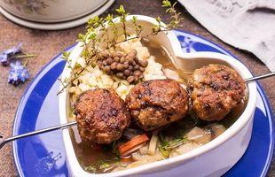 Zupa z pieczarek z pulpecikami z mielonego kurczaka i soczewicy oraz tartymi kluseczkami