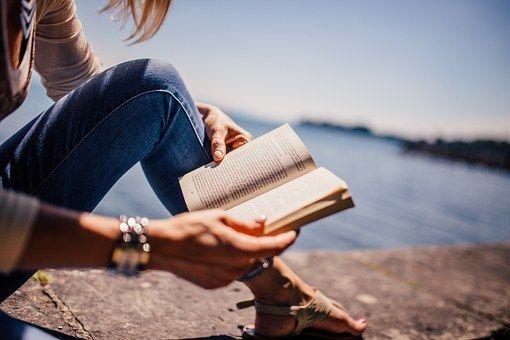 Bestsellery na wakacje – co warto zabrać do czytania na plażę?