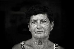 Zmarszczki pogłębiają smutek i złość na twarzy