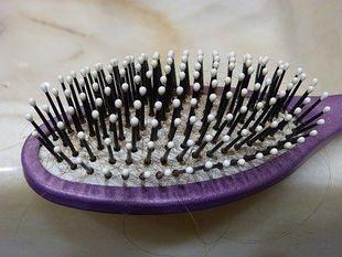 Wypadają ci włosy? Sprawdź, co może być tego przyczyną