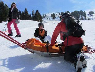Nawet 45 proc. kontuzji, których doznajemy uprawiając sporty zimowe, to urazy kolana