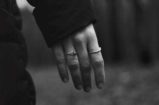 Koronawirus atakuje. Nie noście teraz pierścionków!