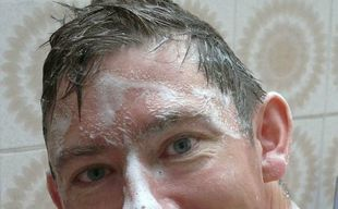 W dobie koronawirusa głowę powinno myć się codziennie - o tym się nie mówi!