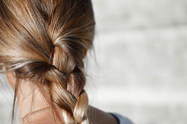 Czy powinnaś spać ze związanymi włosami?