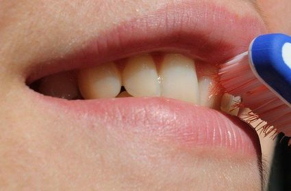 Jak domowym sposobem usunąć kamień z zębów?