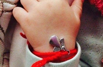 Czerwona nić na nadgarstku i inne amulety, które miały chronić dzieci