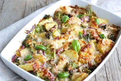 Zapiekanka z brokułów i ziemniaków z przepysznym ziołowym sosem