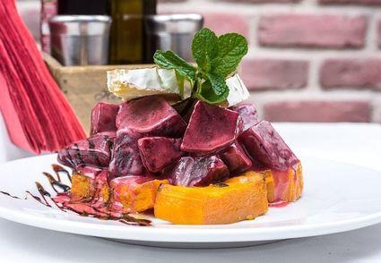 Buraczano-dyniowa sałatka z kozim serem z domowym winegretem