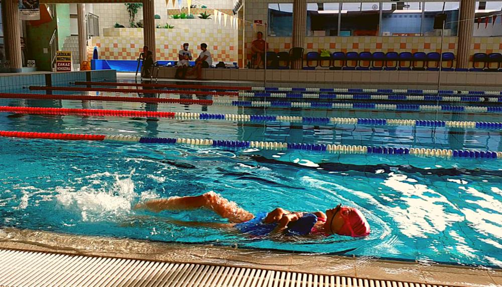 """20 października 2020 roku wracają zajęcia na Krytej Pływalni """"Opoczyńska Fala"""" dla osób uprawiających sport"""