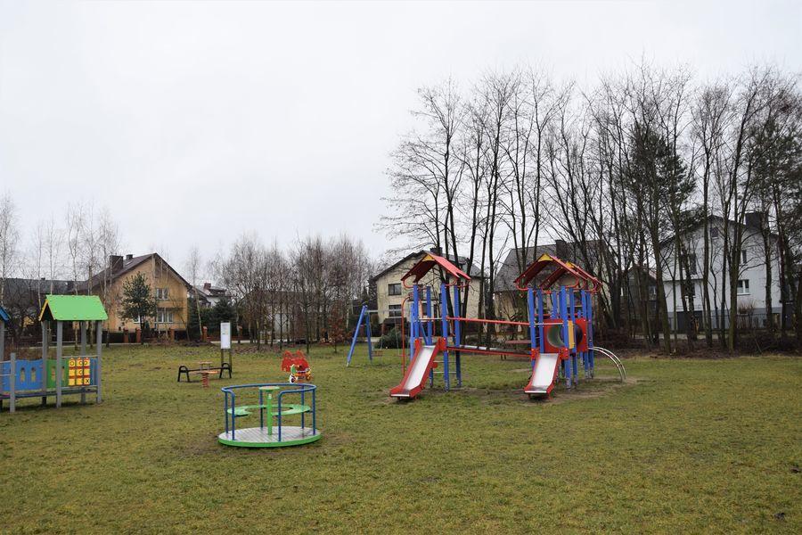 Doposażenie placu  zabaw na osiedlu Ustronie w Opocznie