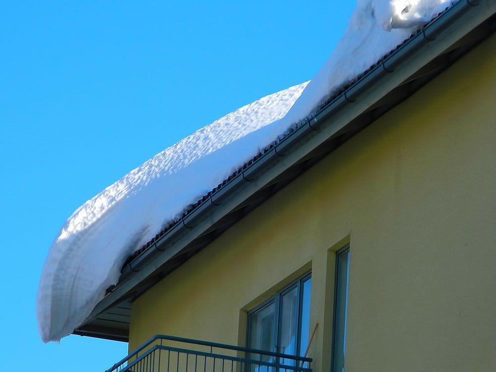Przypominamy o  obowiązku odśnieżania dachów