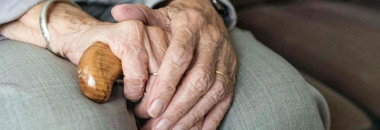 dłonie staruszki