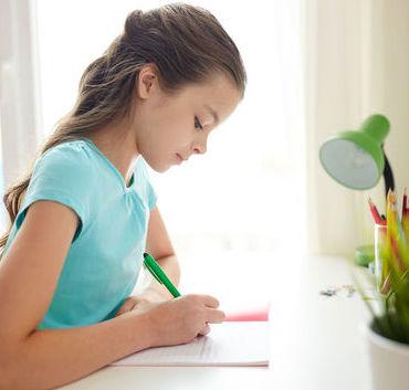 Dziewczynka ucząca się