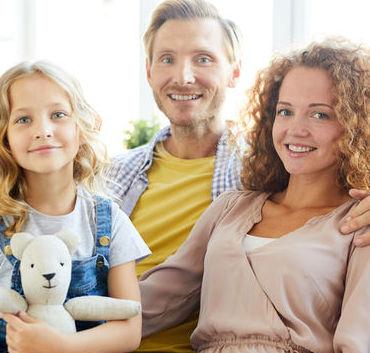 Rodzina córka z maskotką, tata i mama