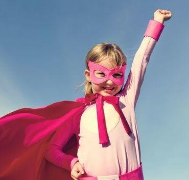 Zdjęcie uśmiechniętej dziewczynki przebranej za super bochatera
