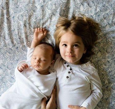 Dziewczynka z niemowlakiem