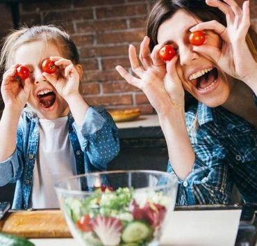 Matka z córką bawią się jedzeniem