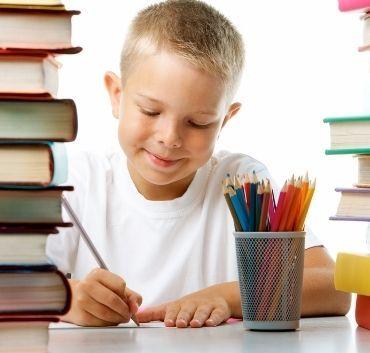 Dziecko odrabiające prace domową