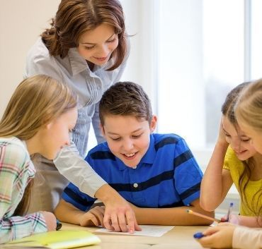 Dzieci w szkole z nauczycielką