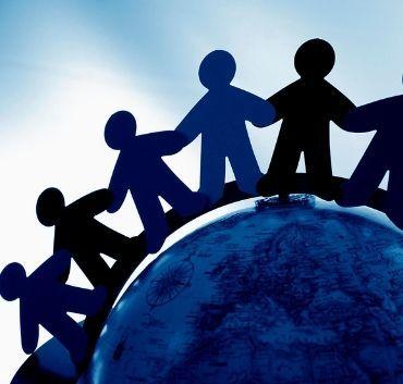 Grafika ludziki z papieru na ziemi trzymające się za ręce