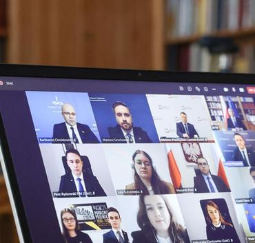 Na ekranie twarze z konferencji