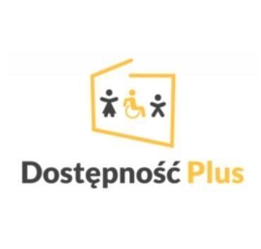 na zdjęciu widać uproszczony kontur granic Polski, w środku widnieją 3 postaci, z lewej kobieta, w środku osoba na wózku inwalidzkim a z prawej mężczyzna. pod spodem napis: Dostępność PLUS