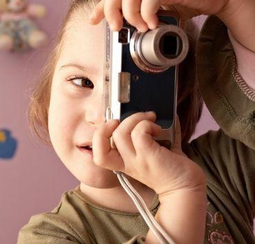 Dziewczyna z aparatem fotofraficznym