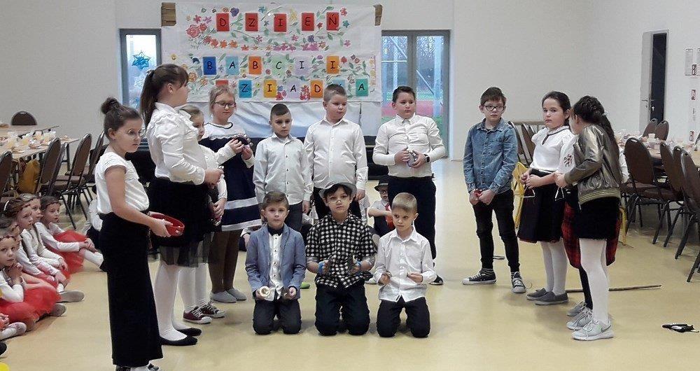 Wspólne świętowanie uczniów i seniorów w Jaroszowie