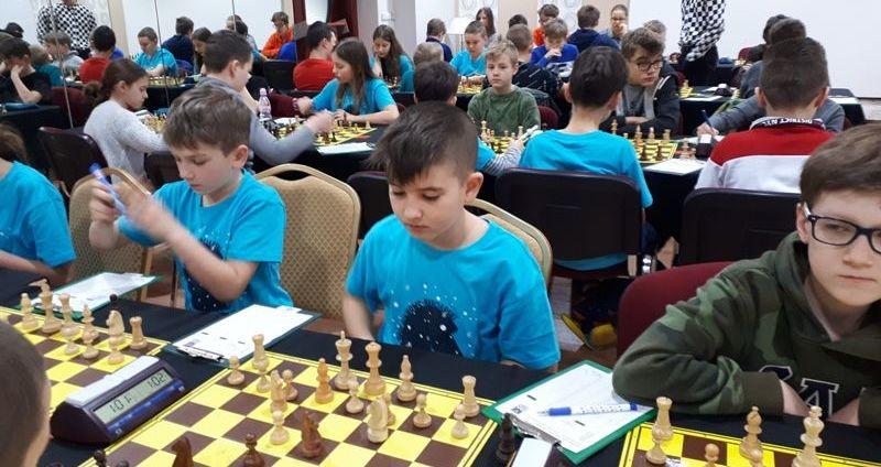 Grali w szachy podczas ferii