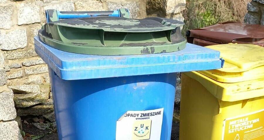 Mieszkańcu, wyposaż nieruchomość w odpowiednie pojemniki do gromadzenia odpadów