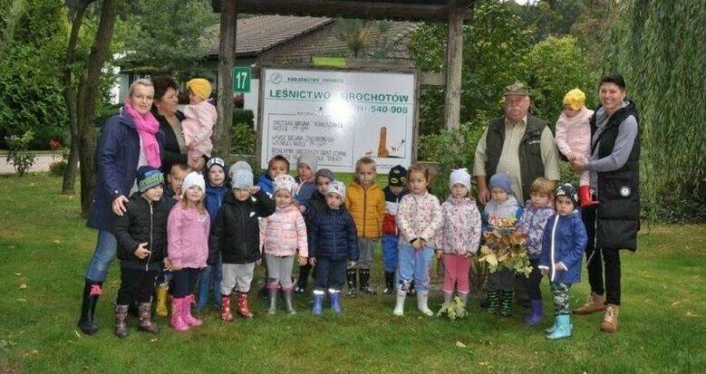 Przedszkolaki ze Stanowic na wycieczce w lesie