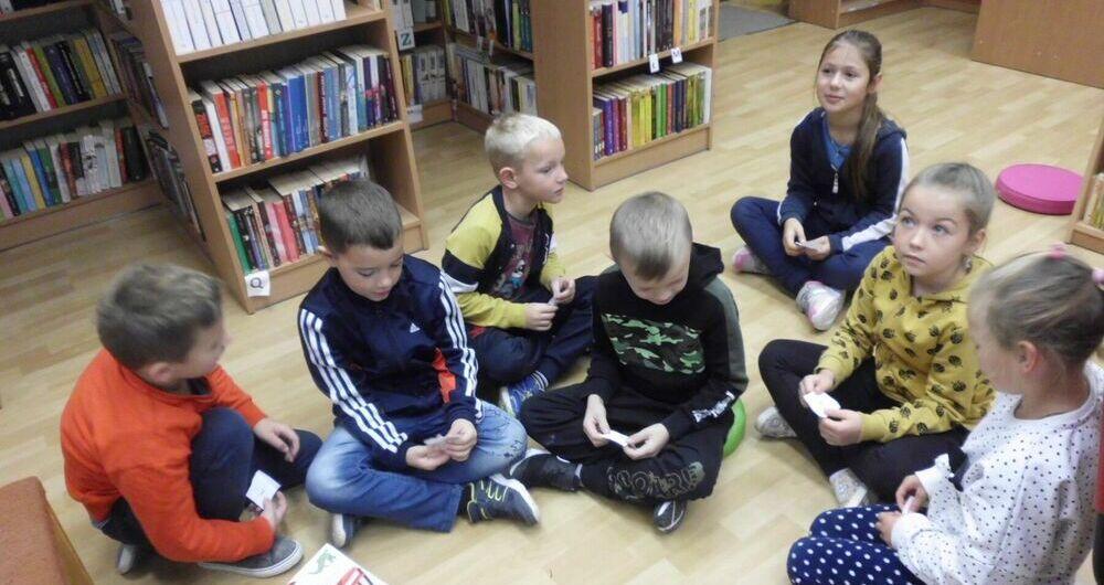 Uczniowie z Kostrzy odwiedzili bibliotekę