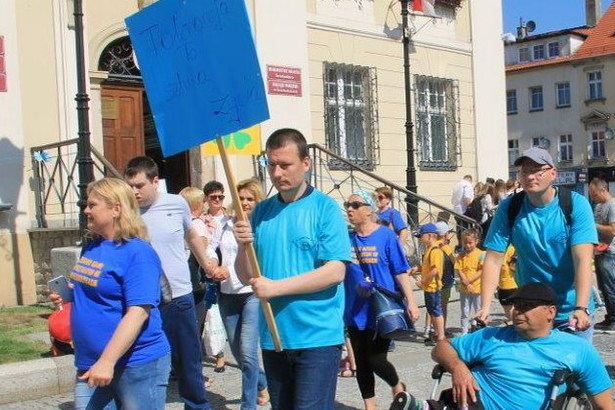 Zdjęcie osób z transparentami podczas imprezy