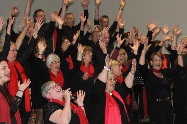 Tłum śpiewających dorosłych