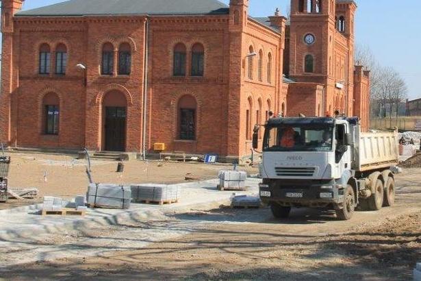 Zdjęcie remont drogi, w tle budynek z czerwonej cegły