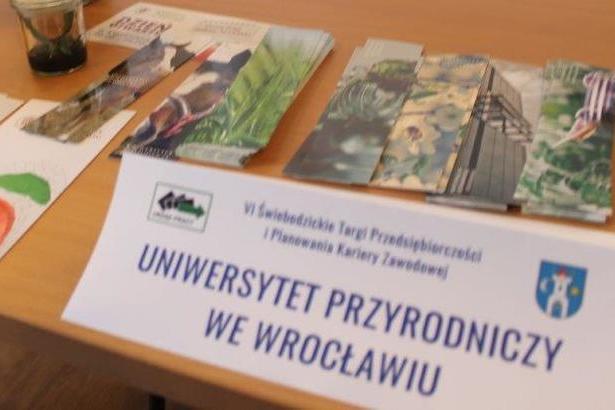 Na zdjęciu ulotki i kartka z napisem Uniwersytety przyrodniczy we Wrocławiu