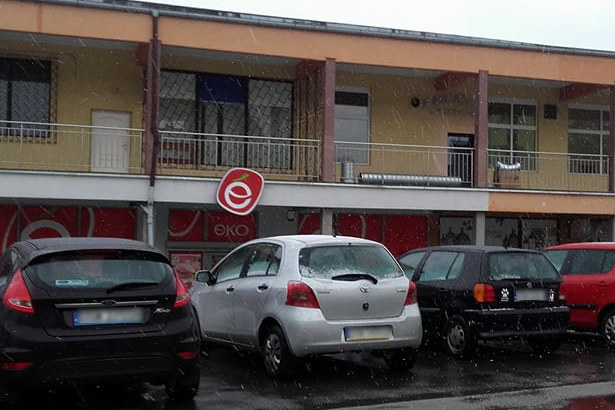Zdjęcie budynku i samochodów zaparkowanych przed budynkiem