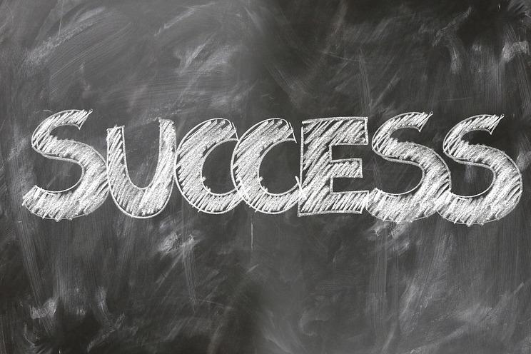 Napis na tablicy czarnej kreda pisany SUCCESS