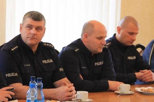 Roczna odprawa policji Trzech policjantów przy stole
